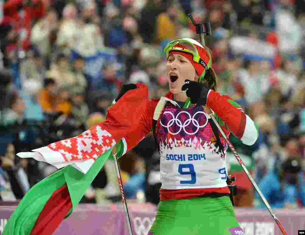 Дар'я Домрачева з Білорусі після завоювання золотої медалі під час 10-кілометрової гонки-переслідування з біатлону