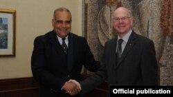 Встреча Раффи Ованнисяна (слева) с председателем Бундестага Германии Норбертом Ламмертом (справа), Ереван, 7 марта 2013 г.