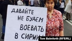 Участница оппозиционной акции в Москве