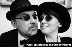 Пісьменьнік Альгерд Бахарэвіч і яго жонка, паэтка і перакладчыца Юлія Цімафеева.