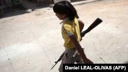 Атлас Мира: Дети складывают автоматы