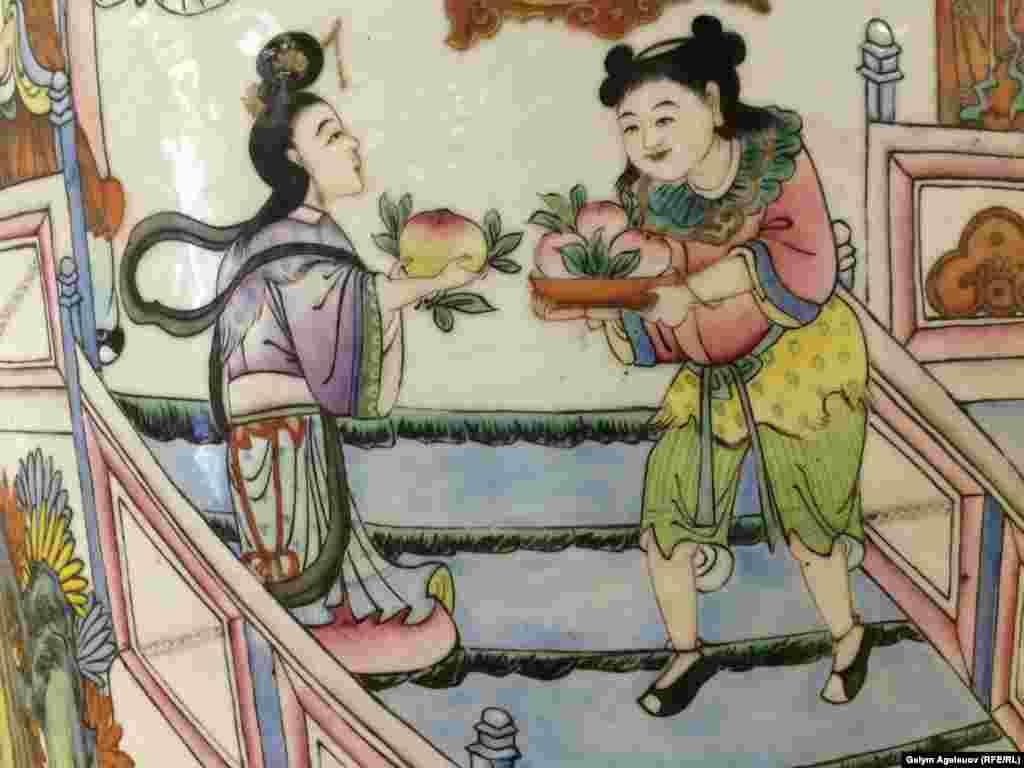Девушки с персиками бессмертия (фрагмент вазы). Фарфор. Китай, 19-й век.