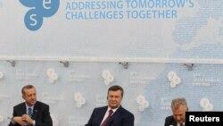 Турецький прем'єр Реджеп Тайїп Ердоган (ліворуч) та український Президент Віктор Янукович (центр) на засіданні 9-ї щорічної зустрічі Ялтинської європейської стратегії (YES), 14 вересня 2012 року