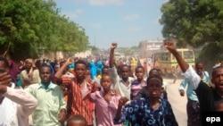 سهروندان سومالی پس از بمباران فرودگاه پایتخت توسط هواپیماهای اتیوپی، برای ترک کشور تلاش کردند