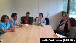 کریستوف هینز (نفر دوم از راست) به گزارشهای گروهی از کوشندگان ایرانی حقوق بشر گوش میدهد
