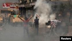موالون للرئيس المصري المعزول محمد مرسي في مواجهة قوات مكافحة الشغب