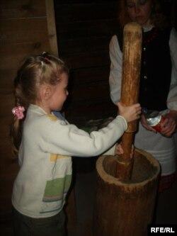 """Таўкач таўчы крупы. """"Ноч музэяў"""" 16 траўня 2009 г. Музэй этнаграфіі, Магілёў"""