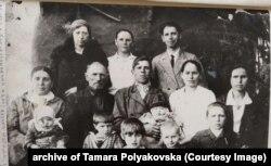 Розкуркулена родина Омельченків із села Шамраївка, що на Київщині. Фото приблизно з 1938–1939 років
