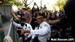 Заступник голови поліцейського департаменту Філадельфії Мелвін Сінглтон опускається на коліно під час акції 1 червня 2020 року