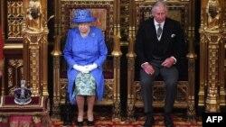 Kraljica Elizabeta Druga u parlamentu sa sinom, princom Čarslom, 21. juni 2017.