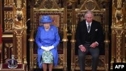 დიდი ბრიტანეთის დედოფალი ელისაბედ II ვაჟთან, უელსის პრინც ჩარლზთან ერთად, ახალი მოწვევის პარლამენტის გახსნის წინ.