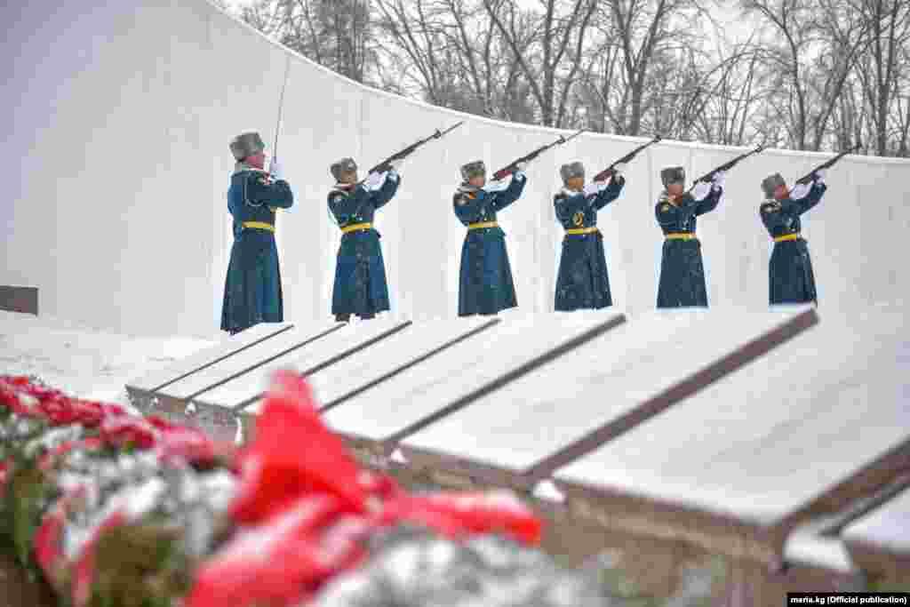 Военную службу в Афганистане прошли около 620 тыс. офицеров, прапорщиков, сержантов и солдат, из которых 546 тыс. были непосредственными участниками боевых действий. Безвозвратные людские потери советских вооруженных сил составили 14 453 человека.