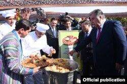 Президент Таджикистана Эмомали Рахмон на фестивале плова в Согдийской области.