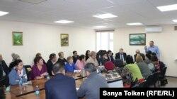 """Пресс-конференция сторонников Сырыма Абдрахманова, основателя незарегистрированной партии """"Алаш"""", в Астане, 20 февраля 2019 года."""