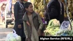 Mansur, la piața din Kabul