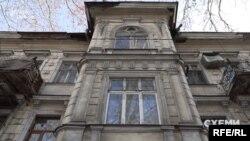 Ганна Купрій: «Під дахами будинків дуже часто така картина: обвалюється цей шар декору, а просто під ним те, що називають «дранка»