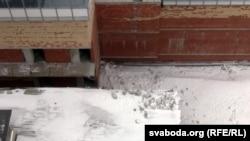 Сылікатныя блёкі зваліліся на дах крамы «Рамонак»