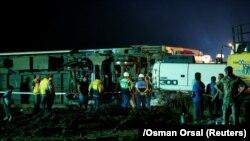 Спасатели и фельдшеры у места схода пассажирского состава с рельсов в районе Чорлу в турецкой провинции Текирдаг. 9 июля 2018 года.