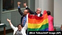 Члены парламента Австралии отмечают принятие законопроекта о внесении изменений в законодательство о браках. Канберра, 7 декабря 2017 года.