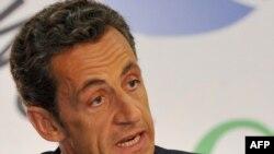 رييس جمهور فرانسه در جريان ديدار با نمايندگان حزب خود در پارلمان اين كشور گفت: ما نمى توانيم به ايران اجازه دهيم كه به سلاح هسته اى دست يابد.