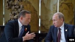 Президент России Владимир Путин (справа) и премьер-министр Австралии Тони Эбботт во время встречи в Пекине, 11 ноября 2014 года.