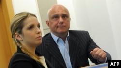Олександр Тимошенко (праворуч) отримав політичний притулок в Чехії