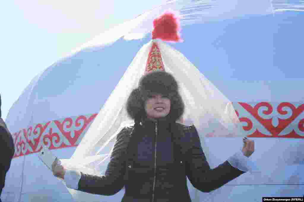 Девушка в национальном головном уборе Саукеле.
