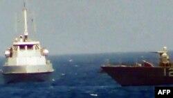 تصویری از نزدیک شدن یک شناور سپاه به کشتی آمریکایی در خلیج فارس