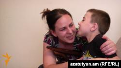 Алла Геворкян со своим сыном Арегом, Ереван, 17 августа 2015 г.