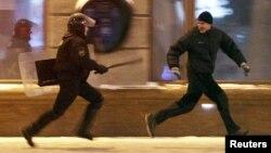 ОМОН преследует участника протестного митинга после оглашения результатов президентских выборов, на которых Александр Лукашенко избрался на четвертый срок. Минск, 19 декабря 2010 года