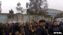 Hər gün Astara sərhəd keçid məntəqəsinə İrana keçmək istəyən minlərlə insan toplaşır