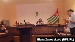 Судья Кама Аристава приняла от каждой стороны представленные документы и объявила перерыв до пятницы