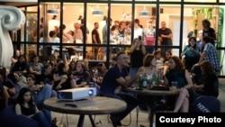 Социальное кафе – это кафе, не ориентированное на прибыль. Здесь трудоустроены люди с ограниченными возможностями