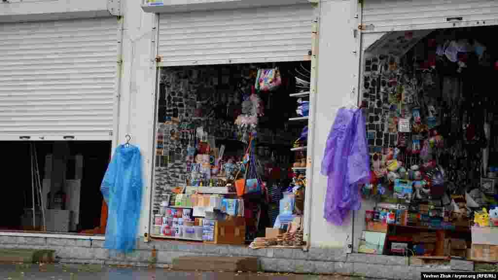 В сувенирных ларьках на Приморском продают дождевики