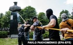 Пам'ятник маршалу СРСР Георгію Жукову за мить до знесення. Харків, 2 червня 2019 року