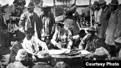 Падышалык Орусиянын аскерлери менен жергиликтүү эл жер маселеси боюнча сүйлөшүүдө