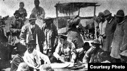 Падышалык Орусиянын аскерлери менен кыргыздар жер маселесин такуулоодо. 1915-жылдар.