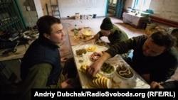 Обід на позиції українських військових під териконом біля н/п Золоте-4