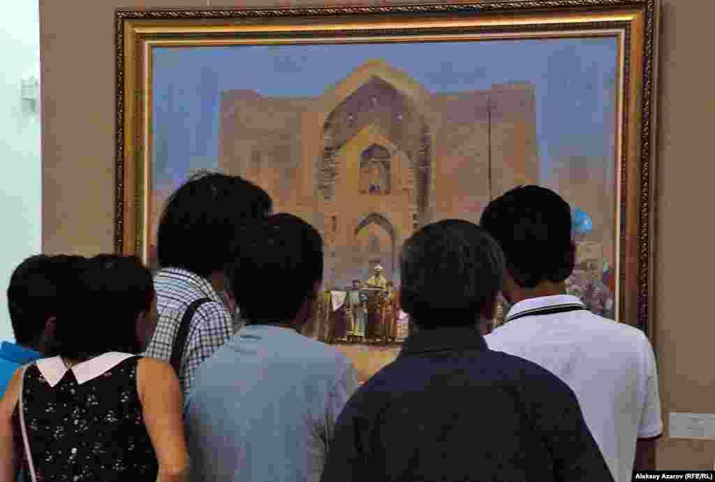 Посетители выставки смотрят на картину современного художника Нурлана Килибаева «Хан», написанную в 2015 году.