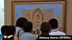 Посетители выставки «Эхо Великой степи» рассматривают картину современного художника Нурлана Килибаева «Хан», написанную в 2015 году. Алматы, 3 июля 2015 года.