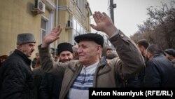 Бекир Дегерменджи перед Киевским районным судом Симферополя.