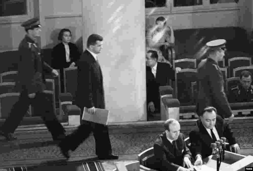 Пауерс входить до зали, щоб почути виступ радянського прокурора на відкритому засіданні суду в серпні 1960 року
