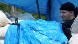 Мариупольдегі блокпостта тұрған ресейшіл сепаратист. Украина, 1 маусым 2014 жыл.