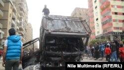 """Полицейский автомобиль, взорванный, предположительно, сторонниками движения """"Братья-мусульмане"""". Каир, 7 марта 2014 года."""