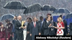 """""""Donijeli su veeeliki kišobran i džentlemenski ga otvorili iznad... Putina."""""""