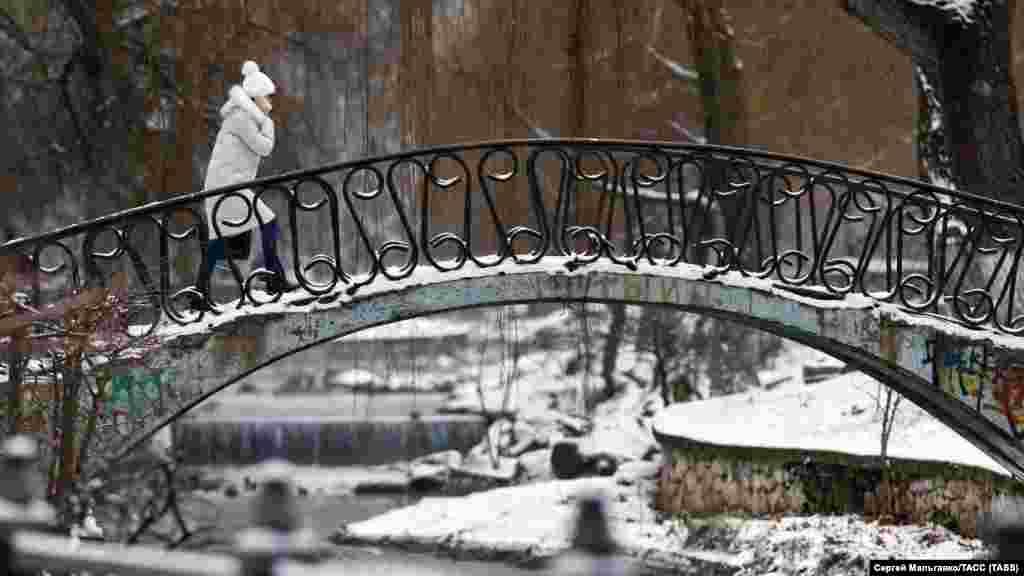 Девушка на мосту через реку Салгир в Симферополе