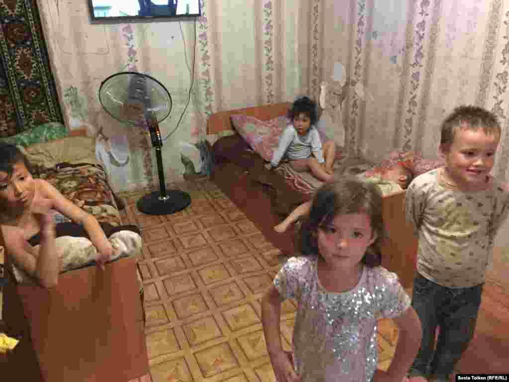 В семье у Артура семеро детей, они ютятся в одной комнате.