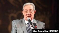 Кыргыз Республикасынын баатыры, Кыргыз эл жазуучусу Бексултан Жакиев.