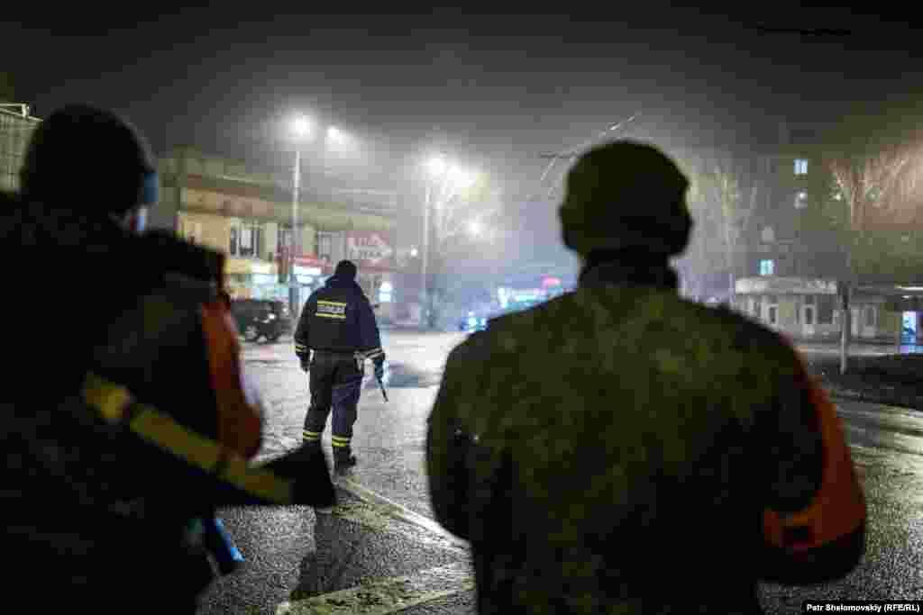 Патруль сепаратистов на улицах Донецка.