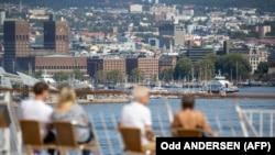 Primăria de la Oslo văzută de la bordul unui feribot care traversează fiordul Oslo pe timp de pandemie, 25 iulie 2020.